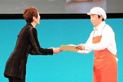 「神宮豆腐総本店」の店主は白衣に長靴姿で授賞式に参加。「今後も色々工夫していきたい」と話した