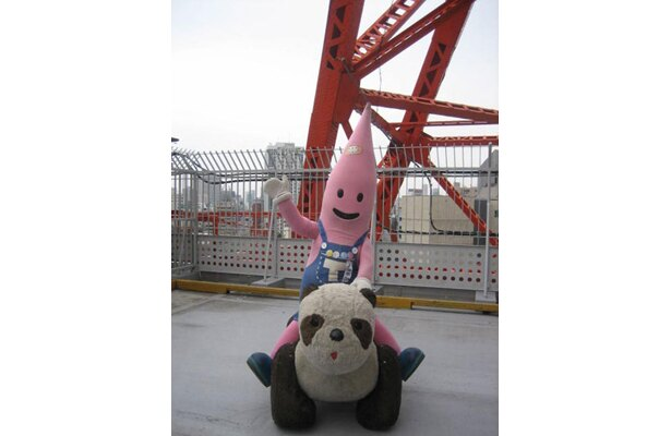パンダに乗ってはしゃぐノッポン兄