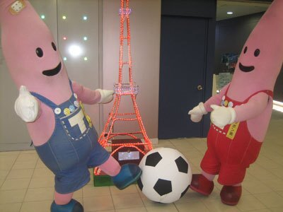 室内でも平気でサッカーを興じる