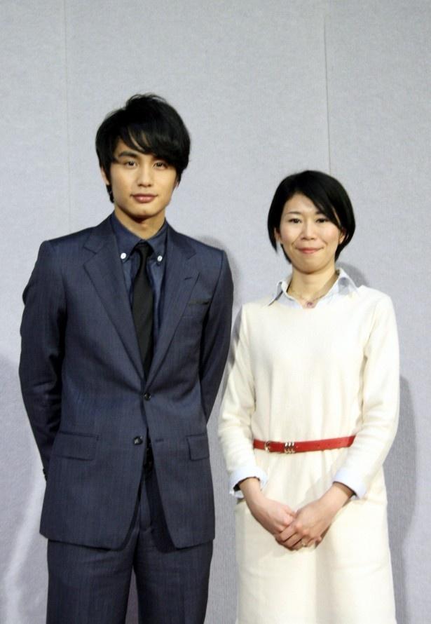 ドラマ「希望の花」の試写会&会見に登場した主演の中村蒼(左)と作者の藤井香織(右)