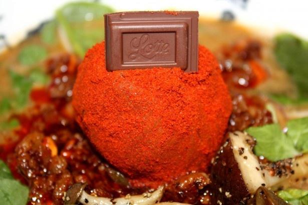 ガーナチョコとごまペーストなどを団子状にした赤玉を溶かしながら食す
