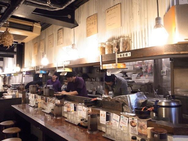 店内にはインストが流れ、古民家カフェのような内装でスタイリッシュ