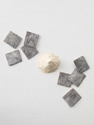 「素のままポテトチップス・ウェーブカット」の味付けパウダー「塩昆布」。お客さんの声から生まれたフレバー