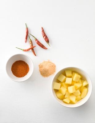 「素のままポテトチップス・ウェーブカット」の味付けパウダー「マンゴーチリ」