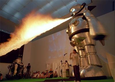 火を噴く「ジャイアント・トらやん」(2005年 撮影:豊永政史)