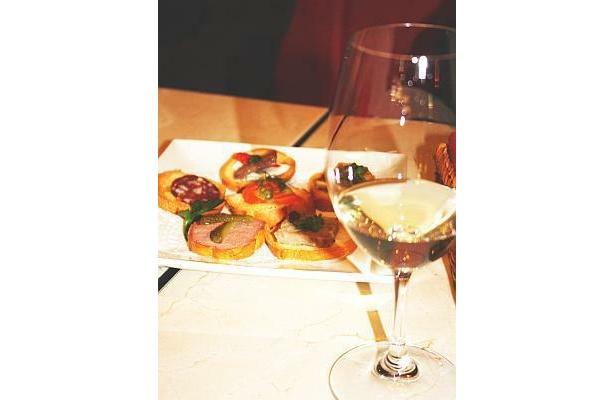 気軽に飲めるのがうれしい「Wine Bar&Bistro BONAPARTE」のグラスワイン(500円)※イメージ写真