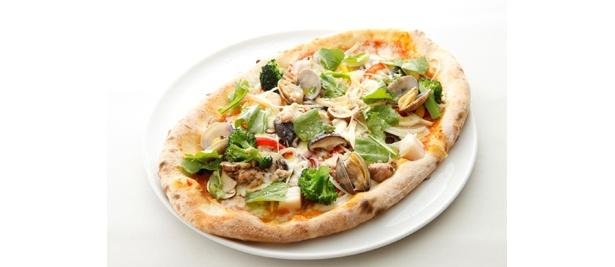「20周年記念20種類食材のピッツァ」(2100円) 20種類の食材は体にもよさそう