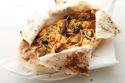 ピザ20種類の写真はコチラから 「ピザ生地で包んだペスカトーレリングイネのオーブン焼き」(2625円)