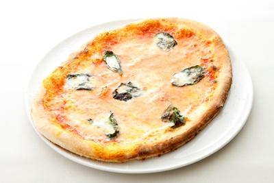 「マルゲリータ后がこよなく愛した、トマトソース、モッツァレラ、バジリコのピッツァ」(1470円)