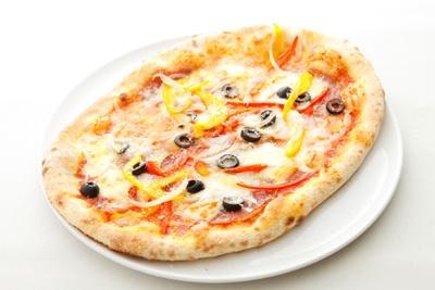 「ミラノサラミ、2色のパプリカ、スカモルッツァ、オリーブのピッツァ」(1680円)