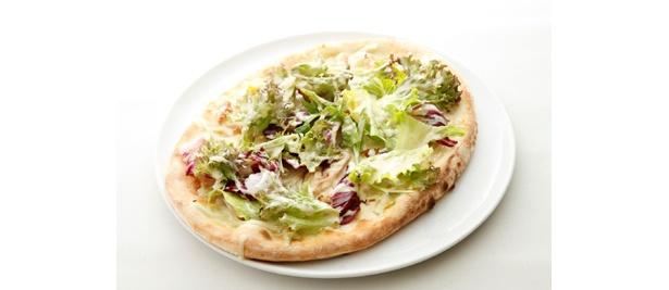「伊達鶏スモークのピッツァ、シーザーサラダ仕立て」(1680円)