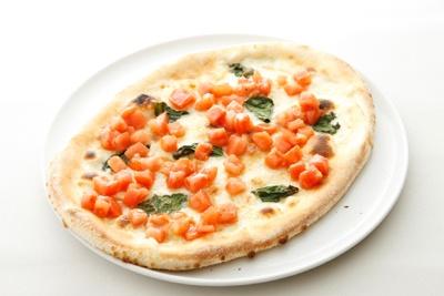 「フレッシュトマトのサラダを乗せた、モッツァレラとバジリコのピッツァ」(1575円)