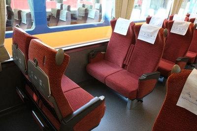 新車両のシートは、落ち着いた、高級感のある赤色系