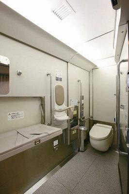 全国的にも珍しくトイレには温水洗浄便座を導入(写真は多目的トイレ)