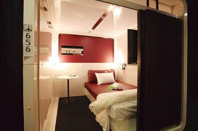ファーストクラス キャビン 宿泊¥4800 デイユース¥900/60分(120分〜)。4.2平方メートルのキャビンに、横幅120cmの広々としたベッドや32型の大型テレビを設置。バスタオル、キャビンウェア、スリッパを用意