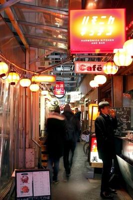 "JR吉祥寺駅北口より徒歩2分の場所にあるハモニカ横丁は、旅行気分が味わえる""迷路横丁"""