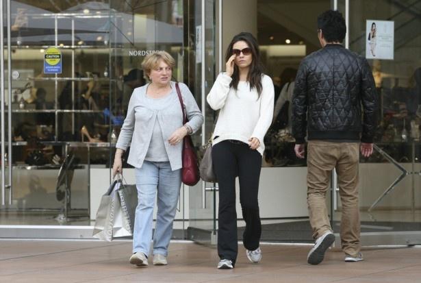 母親と買い物するミラ・クニス。左手の薬指に注目!