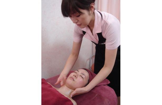 肌が鎮静したら、デコルテから顔をマッサージ。顔のリンパに効く