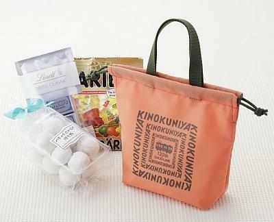 中央線カラーのバッグを開けると、お菓子がいっぱい!(紀ノ国屋アントレ/1380円)