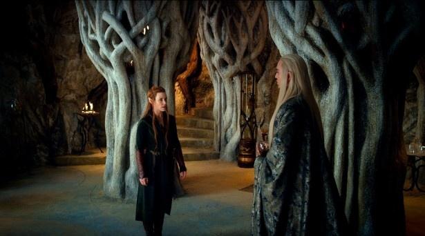 闇の森のエルフ国の王にしてレゴラスの父スランドゥイル(右)とタウリエル