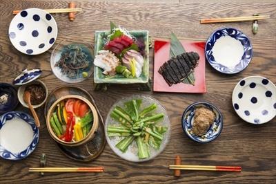 【写真を見る】代田橋「てぃんさぐぬ花」ではコアな沖縄料理を!
