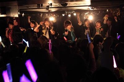 発表前には、恒例のライブも行われた