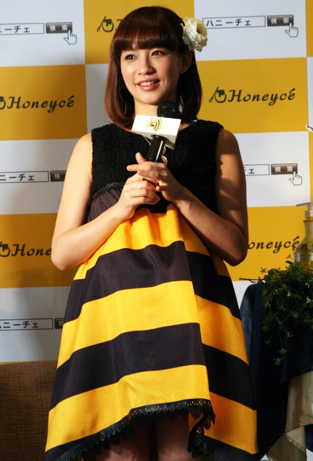 """ヘアケアブランド""""Honeyce'(ハニーチェ)""""の新商品発表会に、キャラクターの""""ハニーチェちゃん""""をイメージした超ミニ丈の衣装で登場した優木まおみ"""