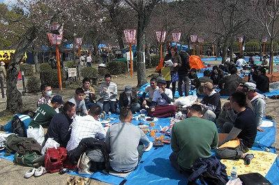 桜の名所・円山公園にてお花見をしている人たちに突撃取材する編集部・津田みな美、通称・津田ちゃん
