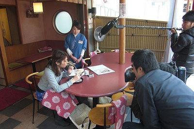 この日はお花見取材以外にも和スイーツを取材。人気店「都路利 高台寺店」にて春限定のパフェを実食。テレビカメラを気にせず食べます!