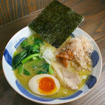 【ラーメンみしま】「鶏塩梅白湯めん」(¥950)。カンホアの塩などで整え、しょっぱさとミネラル豊富な甘さのバランスが秀逸。梅肉もいいアクセントに