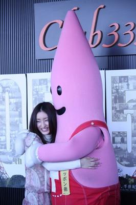 ノッポンに抱きつく梅田さん