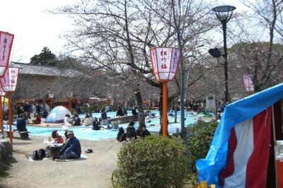 ひょうたん池西側の宴会スポット