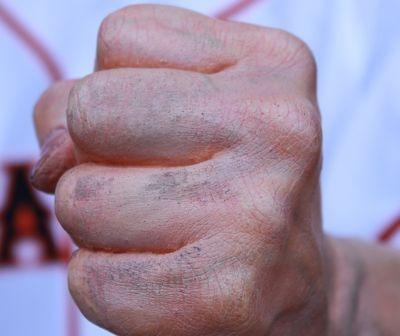 グータッチする左拳。土の跡まで付いています