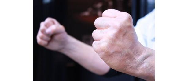 """両手の""""握り締め具合""""はまさにホンモノ!"""
