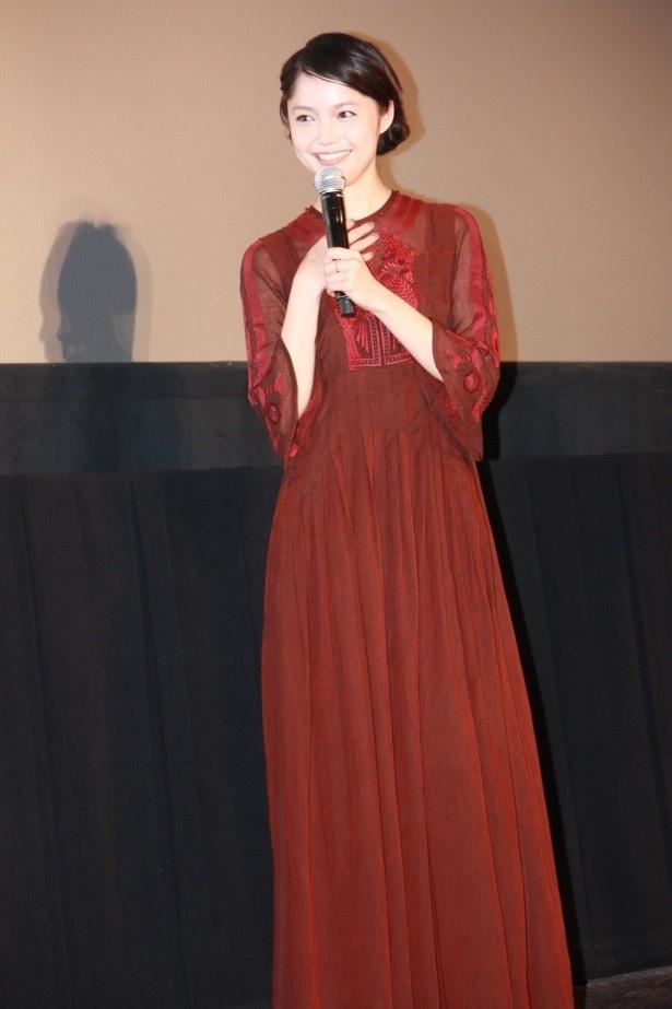【写真を見る】宮崎あおいは、プリンセスのようなロングドレスで登壇