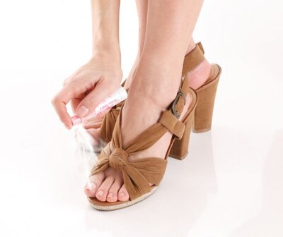 【写真を見る】シュッとひと吹きでムレた足をサラサラ&いい匂いにしてくれる!