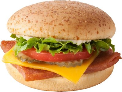 塩味が効いたスパムとフレッシュなレタスが相性抜群のスパム(R)&チーズ。味付けはマヨネーズでシンプルに