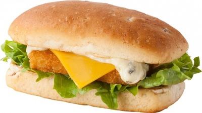 フィッシュパティにタルタルチーズとチーズを載せてサンドしたフィッシュサンド。