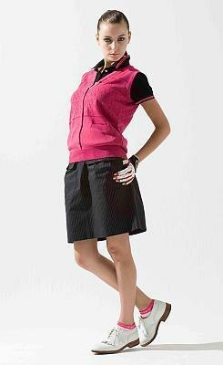 ピンクのベストで元気に!(ベスト2万2890円、ポロシャツ1万3440円、スカート2万4990円/マークアンドロナ)