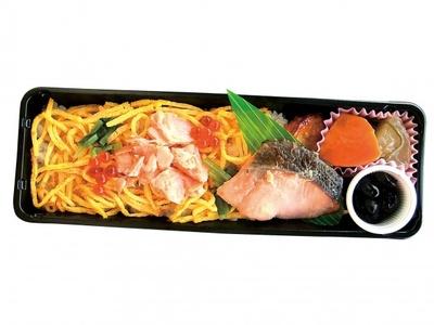 すし飯の上に、知床産ジャケ、国産いくらと国産卵の錦糸玉子などが載っている