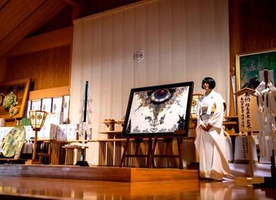 「新・風土記」を出雲大社に奉納する小松美羽
