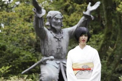 奉納式へは小松美羽自らが絵付けをした博多織の帯を着用