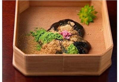 【写真を見る】本わらび粉のみを使った蕨もち(2050円)。ふわりと軽く柔らかな食感は衝撃。絹しずくがセット
