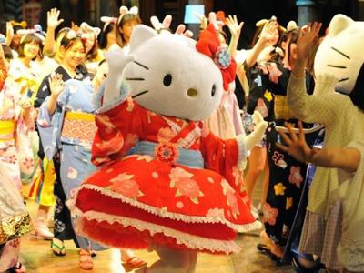 キャラクターと一緒に歌って踊れる「夏フェスマーチングパレード」。「夏」をモチーフにしたポップな楽曲でヒートアップ!