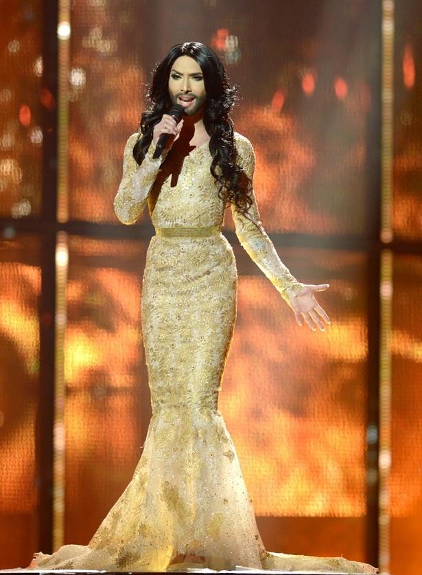【写真を見る】ユーロビジョン・ソング・コンテストで優勝した「ヒゲ面の美女」ことコンチータ・ウルスト!