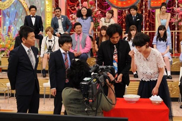 【写真を見る】ゲスト審査員の波瑠(写真右)は、ドッキリのために作られた激マズラーメンの初めての味に思わず「何コレ!?」とビックリ!