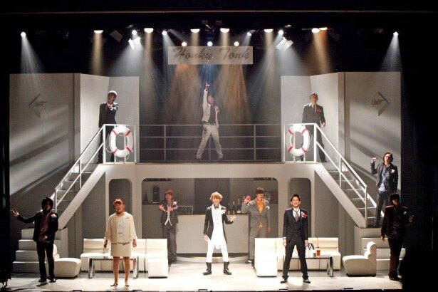 【写真を見る】舞台上で山田邦子さんが演じるのは横浜市長。ホストに囲まれニンマリ?