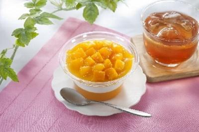 「マンゴーとアーモンドミルクのスイーツ」は、マンゴーとアーモンドミルクが交互に重なって3層を形成したデザート