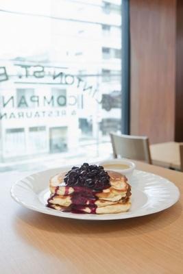 「クリントン ストリート ベイキング カンパニー」の「ブルーベリーパンケーキ」(1620円)。ニューヨークNo.1の味を名古屋で楽しもう!