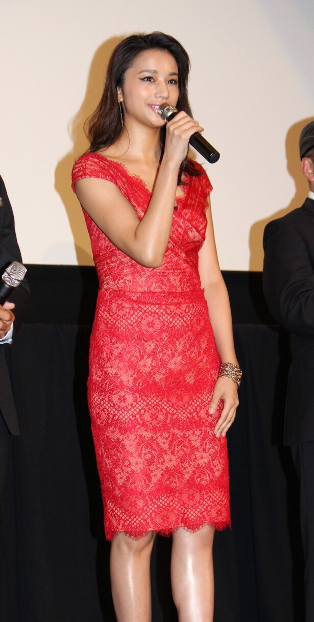 赤のドレス姿で登場した高橋メアリージュン